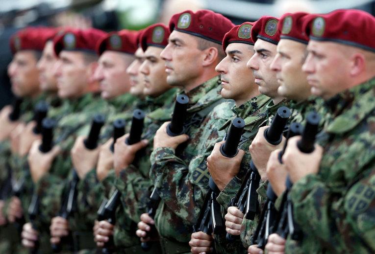 Солдаты сербской армии на параде в честь 70-летия освобождения Белграда советскими войсками