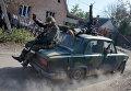 Ополченцы едут на автомобиле недалеко от аэропорта Донецка