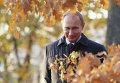 Президент России Владимир Путин гуляет по парку в имении поэта М.Ю.Лермонтова Тарханы