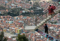 Мужчина и женщина на лестнице в Ла Паз, Боливия