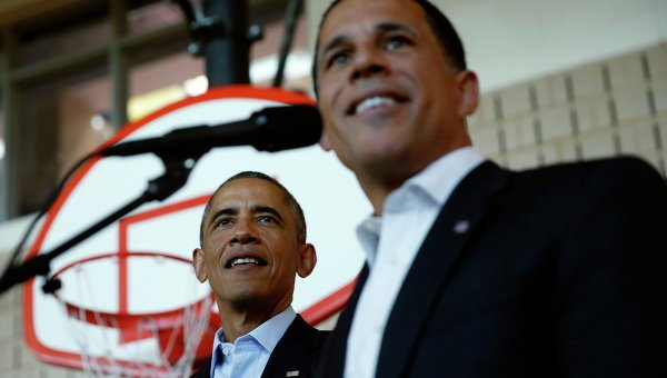 Президент США Барак Обама и губернатор Мэриленда Энтони Браун на предвыборном митинге в средней школе в Мэриленде