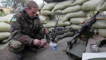 Украинский военный в городе Счастье Луганской области 2 октября 2014. Архивное фото