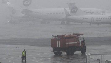 Пожарная машина в аэропорту Внуково, недалеко от места крушения легкомоторного самолета Falcon