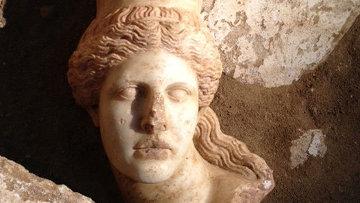 Голова сфинкса, обнаруженная в древнегреческом захоронении в Амфиполе