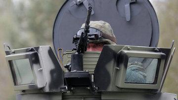 Украинский военный возле Киева. Архивное фото