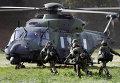 Солдаты бегут в вертолет NH90 во время учений недалеко от Ганновера, Германия
