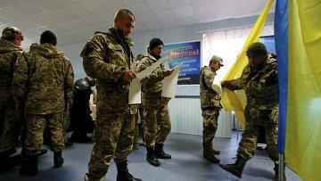 Украинские военные голосуют на избирательном участке в Славянске