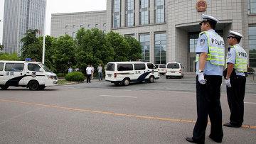 Полиция у здания суда в городе Хэфэй, провинция Аньхой, КНР. Архивное фото.
