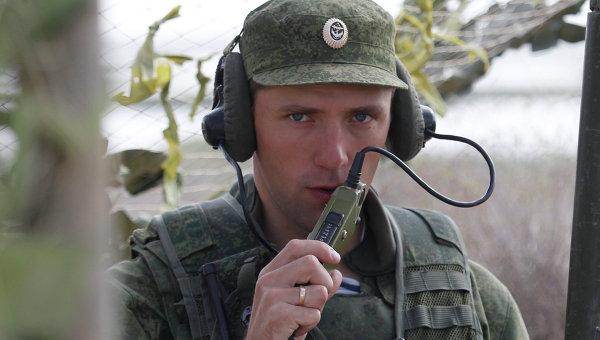 Военнослужащий выходит на связь на командном пункте во время учений, архивное фото