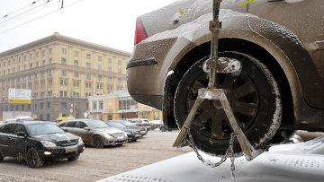 Эвакуация неправильно припаркованных автомобилей, архивное фото.