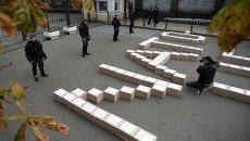 Коробки с подписями украинцев в поддержку проведения референдума о вступлении Украины в НАТО