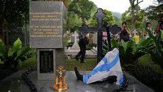 Церемония возложения венков к могиле 82 моряков Жемчуга в Пенанге 28 октября 2014