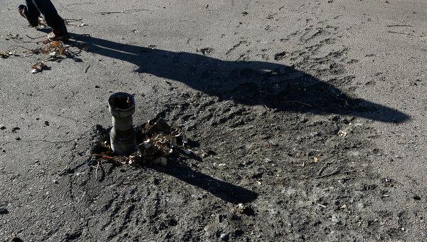 Осколки снаряда на улице в Донецке. Архивное фото