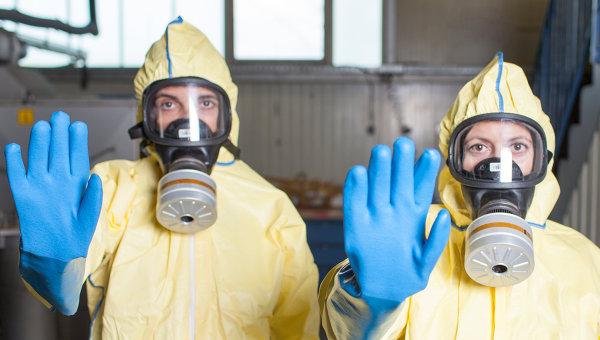 Медицинский персонал в защитных костюмах. Архивное фото