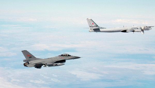 Фотография истребителя НАТО F-16 и российского ТУ-95  над неизвестной местностью, распространненая норвежской армией
