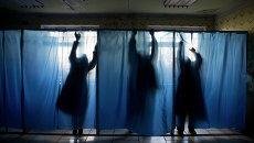 Подготовка к выборам на избирательном участке в поселке Новосветловка в Луганской области