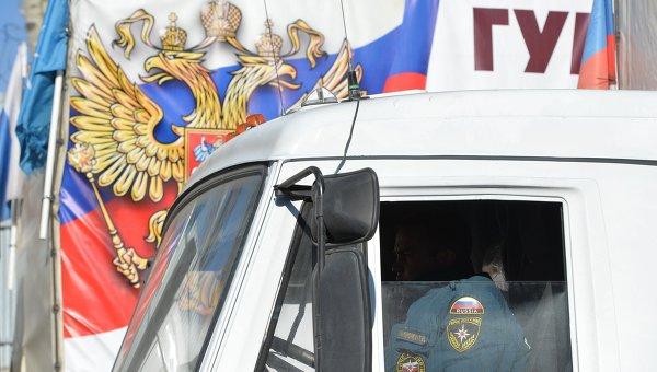 Сотрудник МЧС России в кабине грузовика гумконвоя. Архивное фото