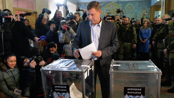 Премьер-министр Донецкой Народной Республики Александр Захарченко голосует на выборах в ДНР