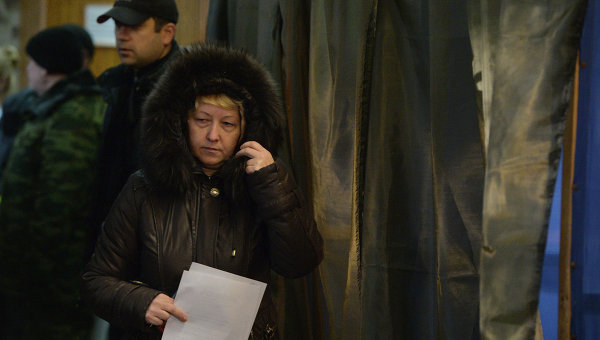 Жительница Донецка голосует на выборах главы ДНР и депутатов Народного Совета республики