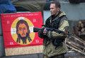 Боец ДНР на КПП в Донецке