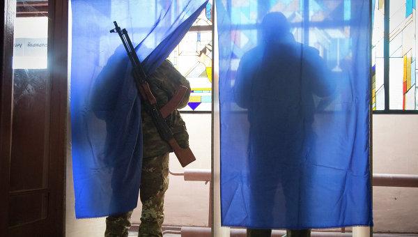 Ополченцы голосуют на выборах главы ДНР. Архивное фото