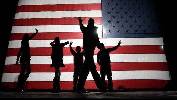 Люди на фоне американского флага