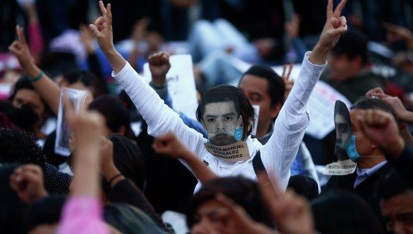 Акция протеста на площади Сокало в Мехико