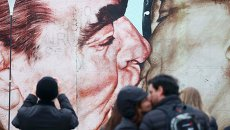 Фрагмент Берлинской стены с нарисованными на нем Леонидом Брежневым и Эрихом Хонекером
