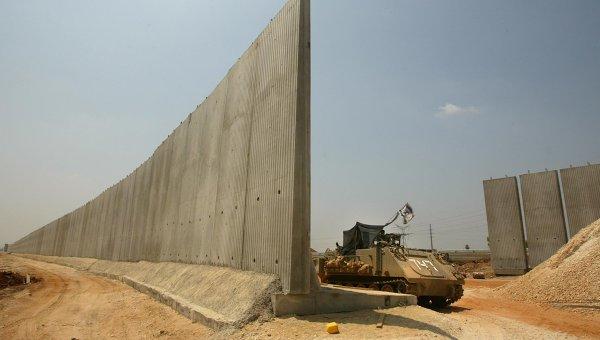 Израильский бронетранспортер на границе с Палестиной. Архивное фото