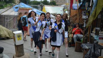Выпускницы школ на Площади Независимости в Киеве.Архивное фото.