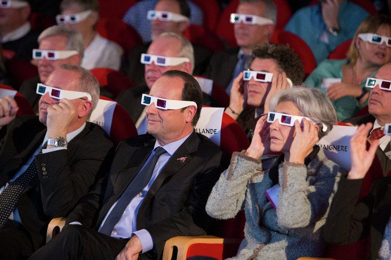 Президент Франции Франсуа Олланд, и космонавт Национального центра космических исследований и Европейского космического агентства Клоди Эньере наболюдают за миссией космического аппарата Rosetta. Французский центр космических исследований, 12 ноября 2014