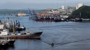 Вид на порт и корабли в бухте Золотой Рог во Владивостоке. Архивное фото