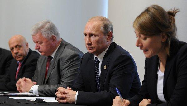Президент России Владимир Путин во время встречи с участниками Профсоюзного саммита Группы двадцати