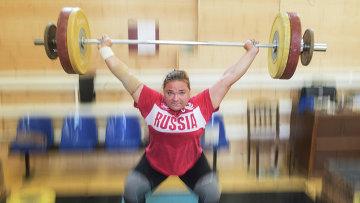 Чемпионка мира по тяжелой атлетике Татьяна Каширина во время тренировки в спортзале