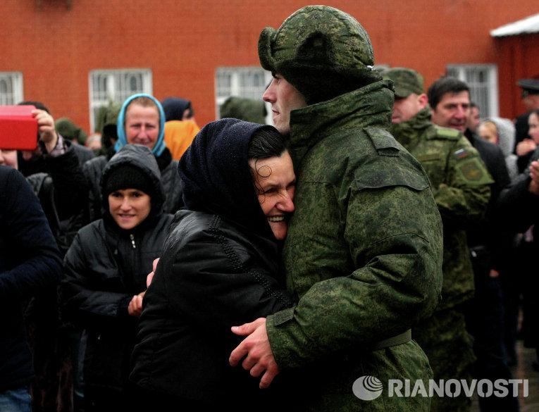 Новобранец прощается с близкими  перед отправкой к месту несения службы