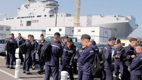 Российские моряки возле вертолетоносца Владивосток в порту города Сен-Назер, Франция. Архивное фото