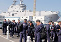 "Российские моряки возле вертолетоносца ""Владивосток"" в порту города Сен-Назер, Франция"