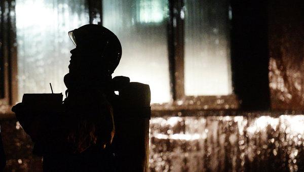 Сотрудник ГУ МЧС России во время тушения пожара. Архивное фото