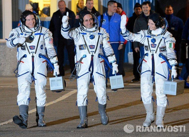 Астронавт НАСА Терри Вертс, космонавт Роскосмоса Антон Шкаплеров и астронавт ЕКА Саманта Кристофоретти