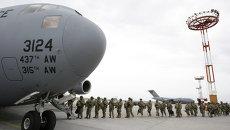 Американские военнослужащие у транспортного самолета