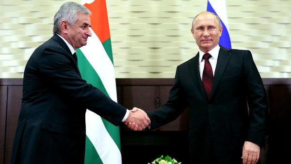 Президент России Владимир Путин и президент Абхазии Рауль Хаджимба во время встречи в резиденции Бочаров Ручей