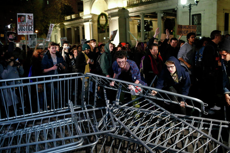 Демонстранты убирают баррикады у полицейского управления города Нью-Йорк