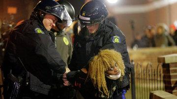 Полицейские задерживают девушку во время беспорядков в Фергюсоне