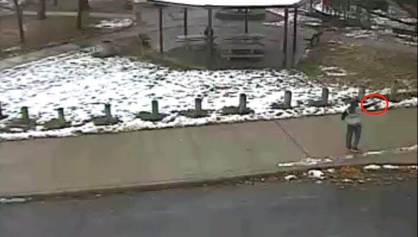 Кадр из видео, на котором изображен момент убийства полицейским 12-летнего мальчика в Огайо