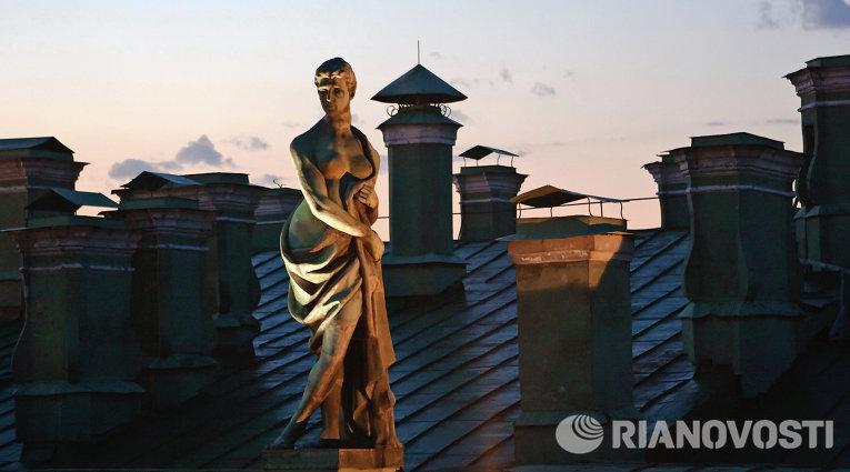 Скульптуры на крыше Государственного Эрмитажа