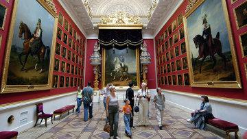 Посетители осматривают произведения искусства в одном из залов Государственного Эрмитажа. Архивное фото