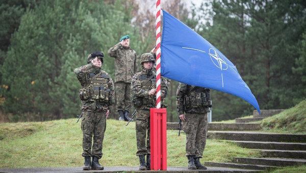 Поднятие флага НАТО, архивное фото