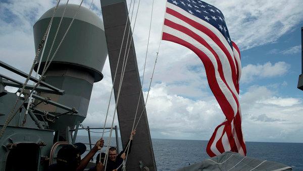Военные моряки поднимают флаг на корабле ВМФ США. Архивное фото