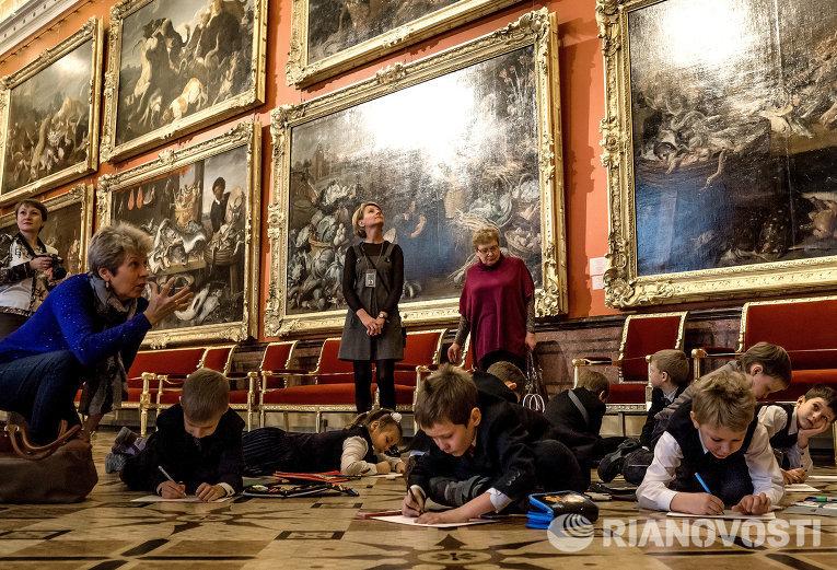 Школьники в одном из залов Государственного Эрмитажа в Санкт-Петербурге