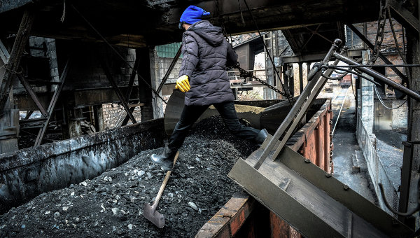 Отгрузка угля в вагоны на донецкой шахте. Архивное фото